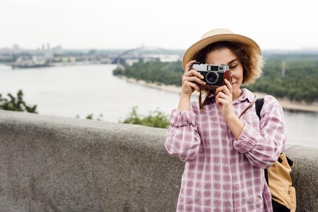 mulher cacheada tirando uma foto com espaco de copia 23 2148631364