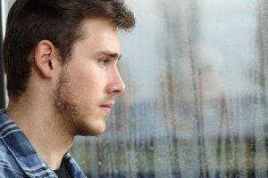 Chico adolescente triste mirando por la ventana 1 300x200 1817844 7588254