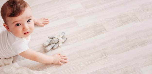 Como fazer o bebê fazer cocô